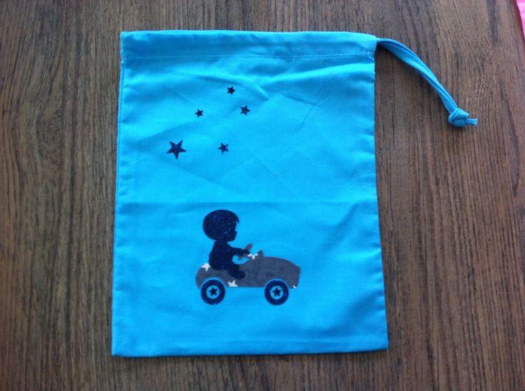 sac à doudou bleu en coton pour garçon , motif petite voiture : Sacs enfants par nessymatriochka