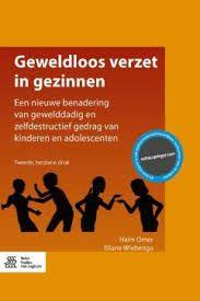Haim Omer en Eliane Wiebenga pleiten in Geweldloos verzet in gezinnen voor geweldloos verzet als aanpak. Hierbij wordt niet gedreigd of gestraft maar vindt er vastberaden verzet plaats. Ook een positieve aanwezigheid staat centraal (zonder toegeven).