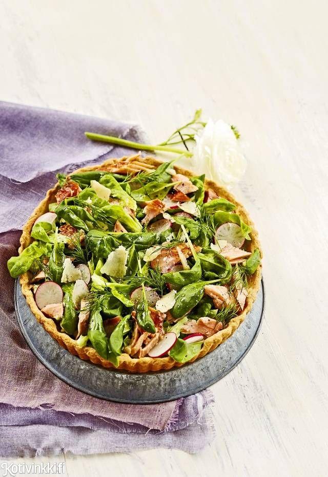 Lohisalaattipiirakka on näyttävä tarjottava vieraille. Kasaa piirakan päälle raikas salaatti ja nauti! / Pie topped with salmon salad. Text: Raisa Laine pic: Laura Riihelä #piirakka #pie #quiche #salmonpie