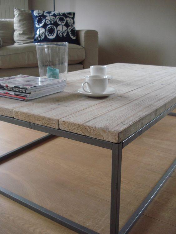 Fraai vormgegeven salontafel van stoere steigerhouten planken. Het onderstel is gemaakt van een stalen frame voor een strakke uitstraling.: