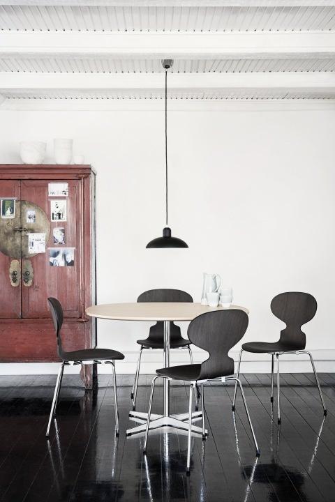 4 chaises Fourmi autour d'une table