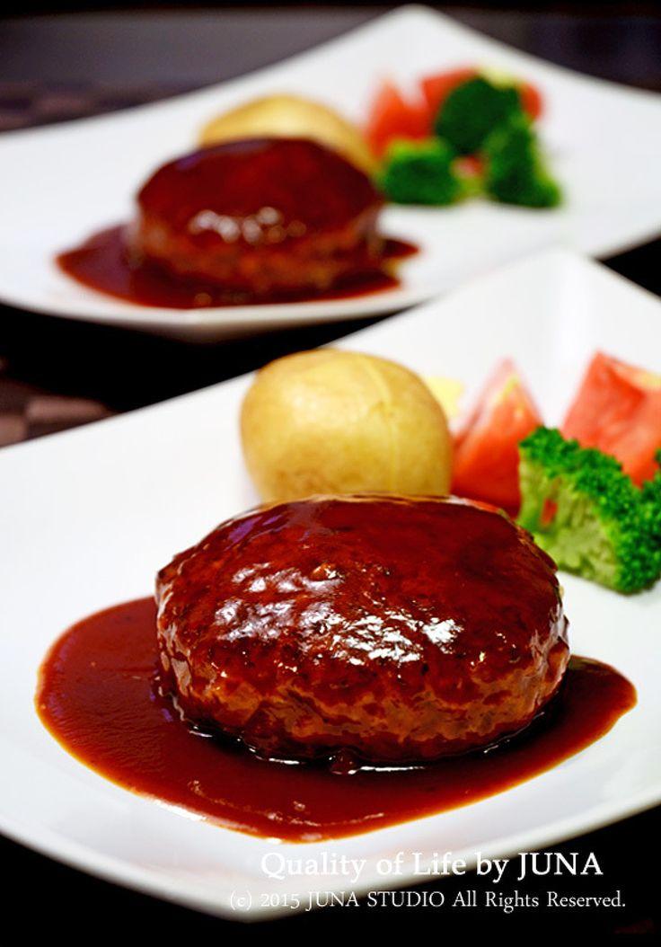 ツルピカふわふわハンバーグ by JUNA(神田智美) / 私が料理の中でも一番愛しているハンバーグ。ハンバーグ愛ならだれにも負けません(^-^) ひき肉に「コンソメ水」を入れて先によくこねることで、とってもふわっとジューシーに仕上がります。我が家の大定番料理です。 / Nadia