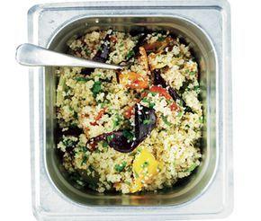 Marockansk sallad med couscous, ugnsrostade grönsaker, mynta, persilja och citron. Spännande tillbehör till t ex lammkorv.