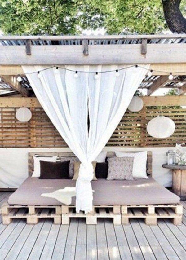 Grand lit en palette sur une terrasse en extérieur