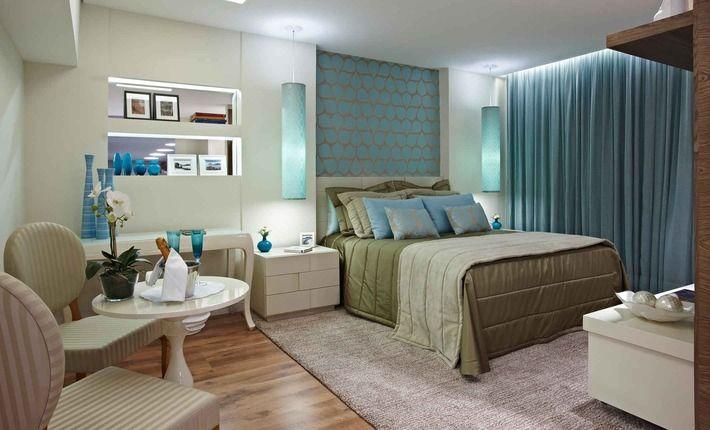 O piso quente de madeira com tapete e a iluminação indireta de diferentes circuitos foi outra estratégia para deixar o quarto ainda mais aco...