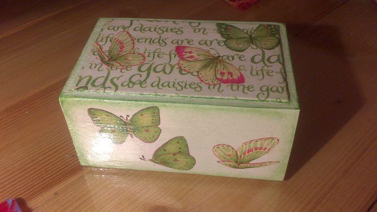 Manualidades con servilletas de papel en madera buscar - Manualidades pintar caja metal ...