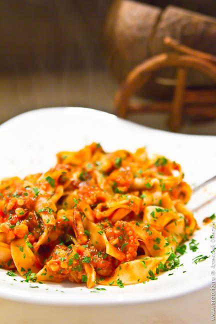 Эта паста с морепродуктами готовится 10 минут, или сколько там варятся ваши спагетти. Главное - не переборщить с термообработкой, остальное приложится.