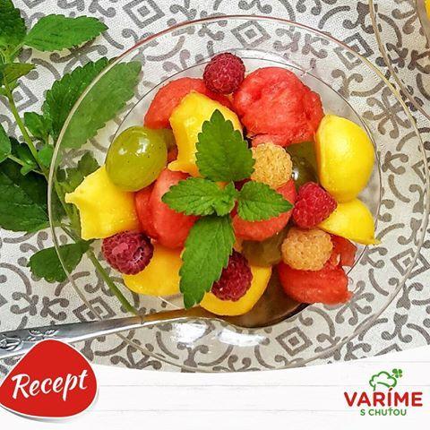 V letných dňoch máme väčšiu chuť na šťavnaté a svieže jedlá. Asi nič vás neosvieži lepšie, ako ovocný šalát z dobre vychladeného ovocia. Akú letnú pochúťku máte najradšej vy? Napíšte nám vaše recepty :) http://bit.ly/29du6gW