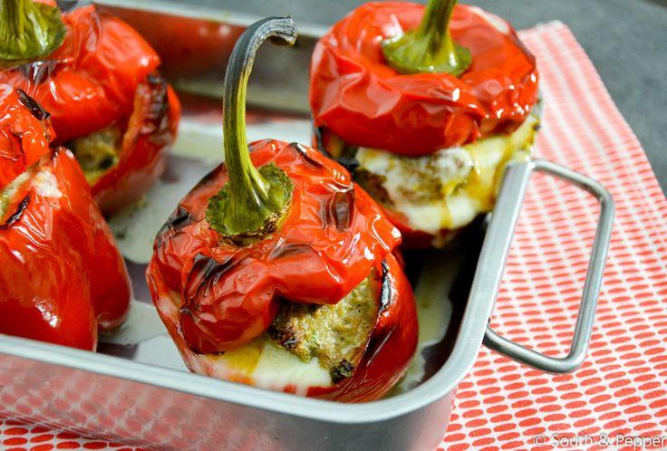 Paprika's zijn door hun stevigheid ideale groente om te vullen en te bakken in de oven. In dit recept worden ze gevuld met gehakt en belegd met taleggio-kaas.