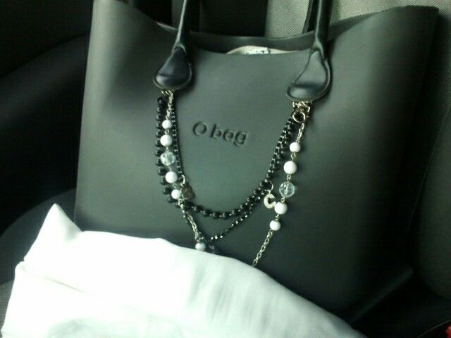 O bag in black with black handle