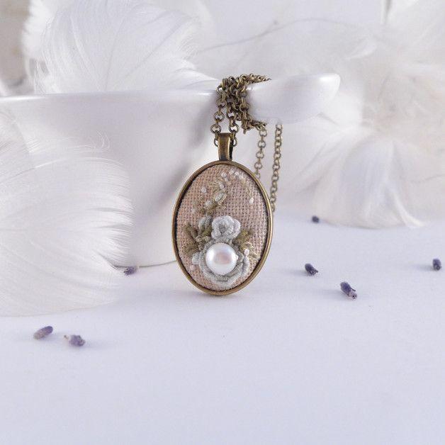 Collier très #romantique, brodé à la main avec une série de #perles. Parmi les menthe poivrée rose est belle, une vraie perle. Chaque rosette est brodée à la main