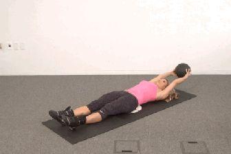 Mnoho lidí si myslí, že pojmy střed těla a břišní svaly znamenají jedno a to samé. Opak je však pravdou. Střed těla je obsáhlejší pojem, který zahrnuje mimo jiné i břišní svaly, pozadí, spodní zádové svaly a boky. Procvičování středu těla zlepšuje celkové držení, ulevuje od bolesti dolních částí zad, zlepšuje Váš výkon a pomáhá předcházet zraněním. Následující cviky dokáží zázraky voblasti břišních svalů a shazování tuku vtéto oblasti! Den 1 První část zahrnuje tři cviky a budete na ně…
