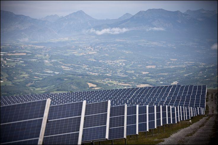 Panneaux photovoltaïques (panneaux solaires) à la centrale de Curbans (Alpes de Haute Provence). Photovoltaic panels in the Curbans power plant (France).