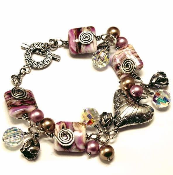 *Handgefertigtes Sterling Silber Armband mit Künstlerperlen, Kristallen, faux pearls und Sterling Silber Anhängern*  Dieses wunderschöne Armband ...