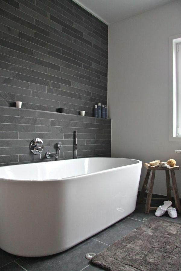 salle de bains grise, un mur gris dans la salle de bains et une baignoire blanche
