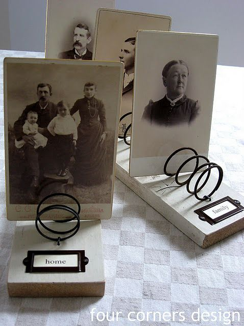 Photo display four corners designs made from some rusty old springs.Christmas Cards, Four Corner, Photos Holders, Vintage Photos, Photo Displays, Old Beds Spring, Gift Cards, Families Photos, Photos Display