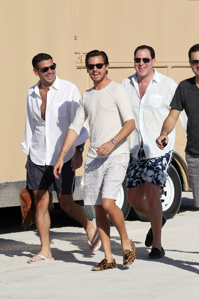 Scott Disick Photo - Scott Disick Sneaks a Cigarette