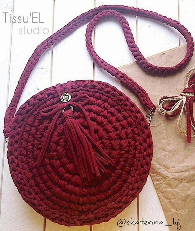 658026cdf Bolsa tiracolo redonda em crochê | crochet shoes | Malha de crochê ...