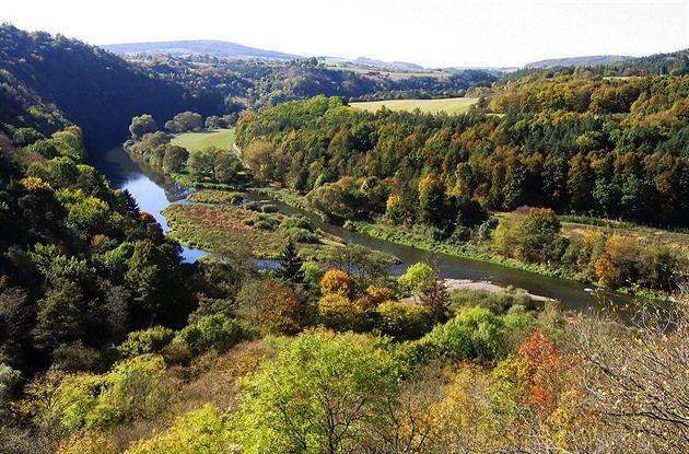 Barvy podzimu jsou nejkrásnější v listnatých a smíšených lesích. Výlet na Křivoklátsko, kde se v pestré paletě střídají duby, buky, modříny, smrky i tisy, je proto nasnadě. Zavedeme vás do nejzajímavějších míst této jedinečné středočeské krajiny.