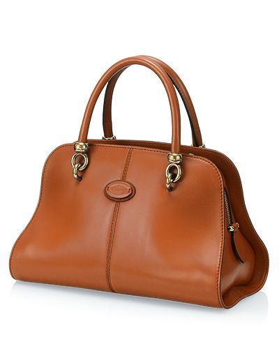 Elegant and essential lines, know-how and femininity in this bag with structured design combining a contemporary appeal and Tod's distinguishing traits. Its slightly curved, thin leather body is inspired to the shapes of dressage saddles. With refined metal detailing that recall the horse-riding world, contrast-colored piping and detachable shoulder strap. An essential style passe-partout.