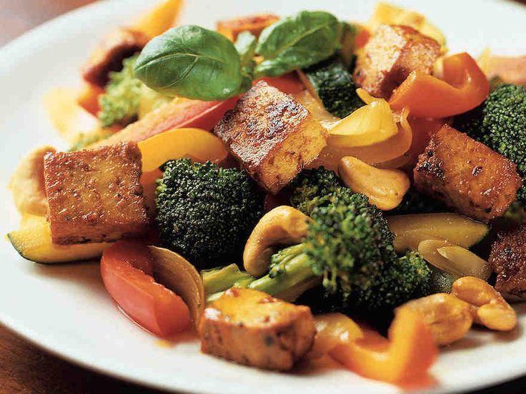 Kasvis-tofupannu. Minä sanoisin tätä pikemminkin wokiksi. Lisukkeeksi riisiä.
