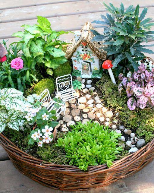 Siete appassionati di giardinaggio e di piccole creazione all'insegna del verde per decorare la casa? Ecco allora delle bellissime idee per realizzare dei bellissimi terrari in versione mini per abbellire la casa. Si possono realizzare tutti a partire da materiali riciclati e, con un po' di pazienza, il risultato è garantito!