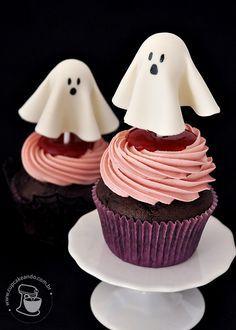 Cupcakes de chocolate e framboesa + Coulis de framboesa + Buttercream de merengue suíço de framboesa | Cupcakeando