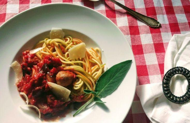 Das schnelle Gericht ist so einfach, dass es sich auch gut zubereiten lässt, während die Kinder um einen herum toben; und mit Spaghetti macht es nochmal mehr Spaß.