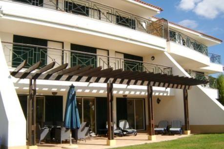 Silver Holidays  Dit is een prachtige en zeer ruime begane grond 3 slaapkamer appartement gelegen in Vila Sol in de buurt van de winkels en restaurants. Het heeft een groot eigen terras met uitzicht op de tuinen het appartement biedt klanten een rustige en vredige locatie voor een vakantie. Het resort beschikt over 3 gemeenschappelijke zwembaden en grote tuinen. Het appartement is voorzien van airconditioning throughout.The accommodatie bestaat uit ingang hal woonkamer met eethoek…