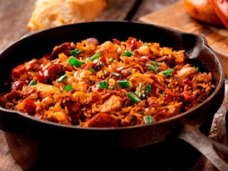 Джамбалайя - очень популярное в Америке блюдо, напоминающее плов, но с добавлением фасоли, чечевицы, колбасок.