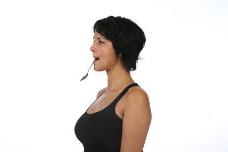 Как убрать носогубные складки: 4.2 Упражнение с ложкой Закрутите губы за зубы и вставьте в рот ложку. Попытайтесь медленно приподнимать ее и в верхнем положении улыбайтесь щеками и задерживайтесь на два счета. Выполните 20 раз.