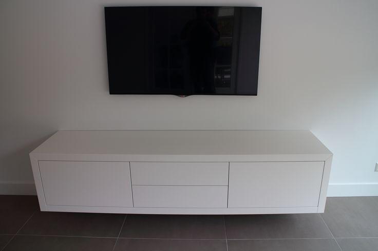 Zwevend mat wit tv meubel op maat 180 cm. Bezoek onze website en maak een afspraak om een 3D ontwerp en offerte op te laten maken.