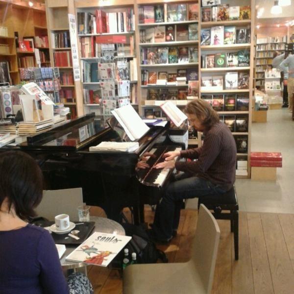 Rencontres et ambiance musicales animeront le lieu un moment pour agrémenter vos rêveries au milieu des ouvrages, comme ici à Filigranes à Bruxelles.