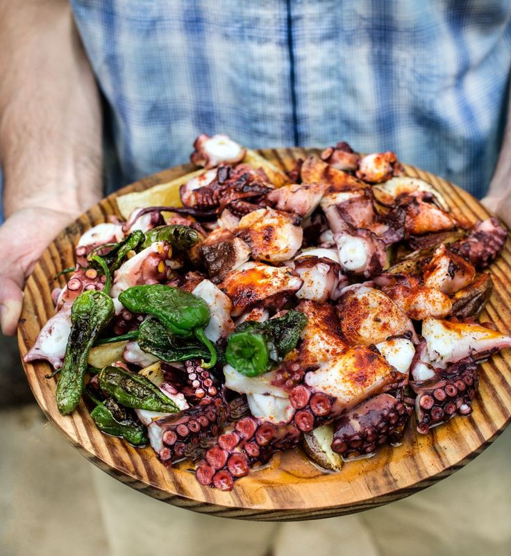 Pulpo a la Gallega (Octopus Cooked in the Galician Style) I love pulpo (octopus), be it grilled, boiled, baked, or braised in tomato sauce (I'm not aware of any other preparations [fried is n…
