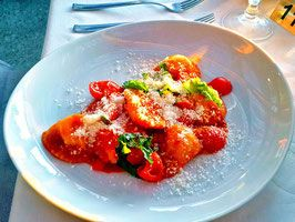 Da Gelsomina   Restaurante para ver o pôr do Sol na ilha de Capri. Capri, na Itália, é um lugar lindo que é recheado de visuais deslumbrantes. Aqui tem dicas de onde comer uma boa macarronada italiana com uma vista de tirar o fôlego.