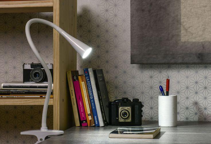 Flexo de diseño con tecnología LED integrada en color blanco. Dispone de pinza de agarre. Potencia máxima 3,5 watios. Medidas: 54,5 x 11,5 x 11,5 cm (ancho x alto x...