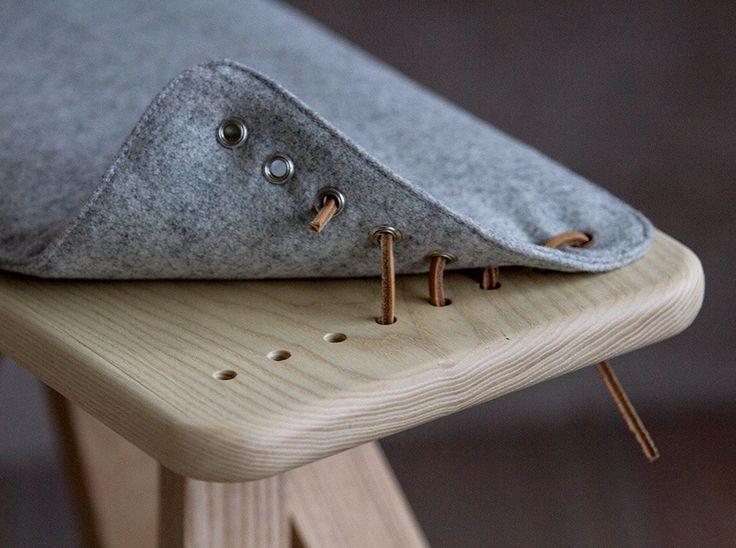 Pall och bänk i massiv ask med läderdetaljer och dyna i möbelull.