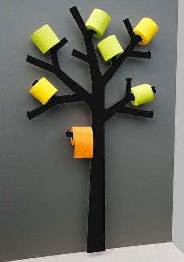 Un idstributeur de papier toilette en forme d'arbre très design. Les branches peuvent accueillir 11 rouleaux de papier. Misez sur les contra...