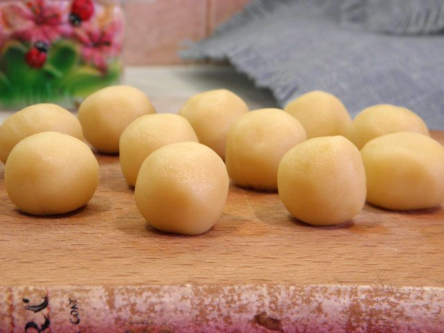 Бер-манье (beurre manie) –рецептгустого французского соуса из муки и масла. Такой соус используется в небольших количествах, чтобы придать вкус, густоту и «гладкость» другим соусам и тушеным блюд…