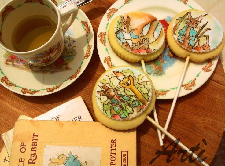 La storia di Peter Coniglio illustrata a mano con colori alimentari su pasta di zucchero (primo compleanno Andrea) #easter #peter #rabbit #cookies #potter #tales #oldstyle #teatime #baby #birthday #handpainted #sugar @Lu
