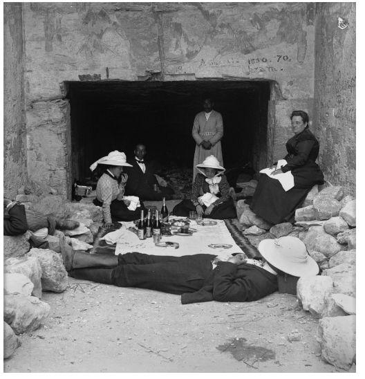 Picnic tra le rovine egizie (foto esposta alla mostra Missione Egitto 1903 -1920 del Museo Egizio di Torino)  #museoegizio #torino #exhibition