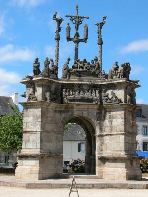 Bretagne : calvaire de PLEYBEN Finistère. Du XVIème et XVIIème siècles, Pleyben a hérité d'un enclos paroissial qui impressionne par ses dimensions et sa richesse. Il se compose d'une église pourvue d'une sacristie, d'un porche, d'un ossuaire, d'un calvaire et d'un mur d'enceinte où se marient les styles Gothiques, Renaissance et Beaumanoir. Un premier calvaire fut construit en 1555 puis déplacé et sa structure remaniée entre 1738 et 1743. C'est là qu'il acquiert son allure d'arc de…