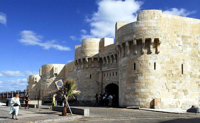 Cidade ou Forte Qaitbay em Alexandria, Egito, é considerada uma das fortalezas defensivas mais importantes, não só no Egito, mas também ao longo da costa do Mar Mediterrâneo. Formou uma parte importante do sistema de fortificação de Alexandria no século XV d.C. Fica na mesma área em que fora construído o antigo Farol de Alexandria.