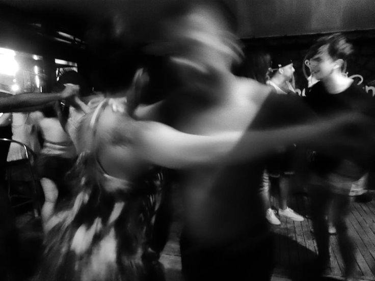Pareja bailando salsa en las playas de Rota Cádiz