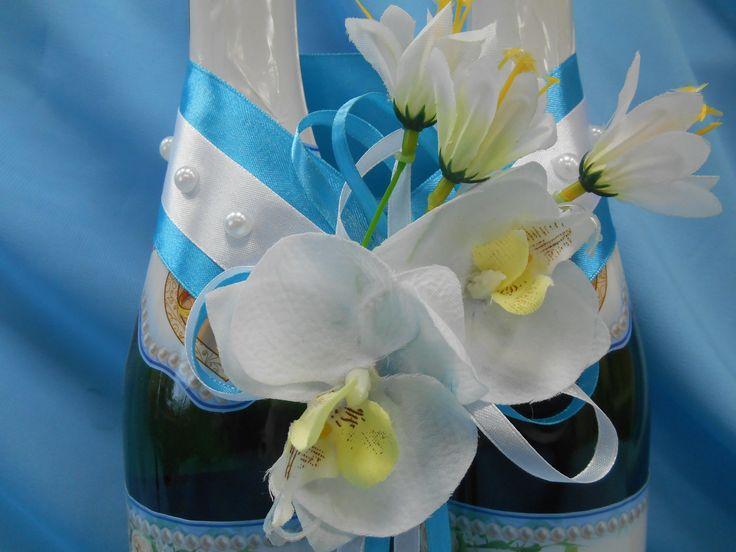 Лента на бутылки шампанского из атласа  белого и бирюзового цвета, декорированные жемчугом. Цветы белой орхидеи и белого лилейника. #ленты #бутылка #шампанское #голубой #белый #орхидеи #лилии #жемчуг #декор #ручнаяработа #soprunstudio