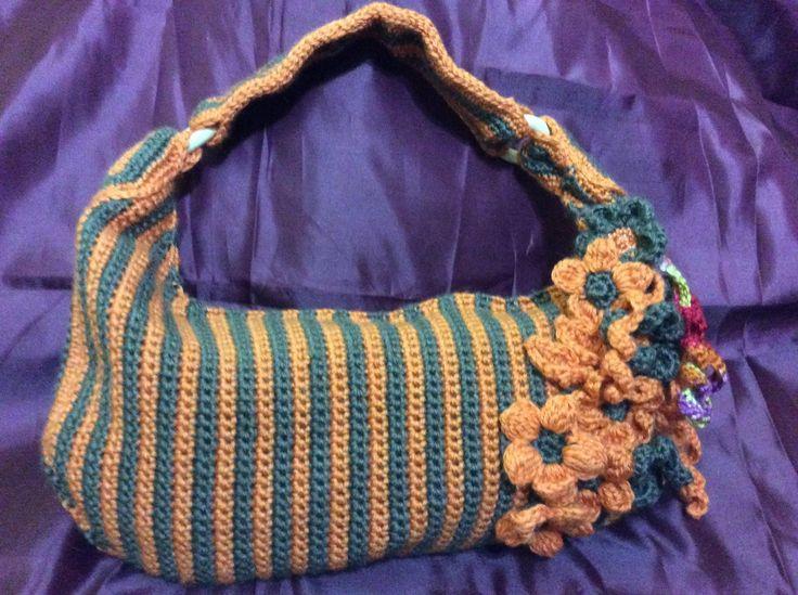 Cartera en crochet a dos colores con flores al tono. venta por pedidos en www.Gianatejidos/facebook.com