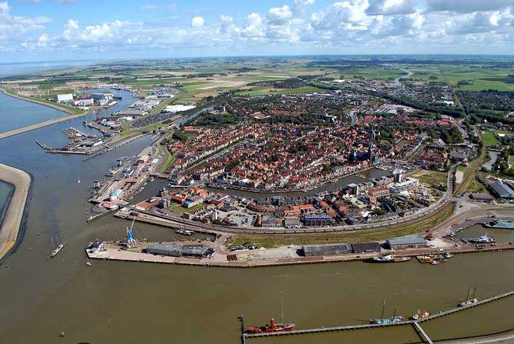 Harlingen  >> Vanaf de rand van Friesland duik je hier de Waddenzee in, of over. Met de veerboot, maar bij voorkeur op een platbodem vanuit de haven van Harlingen.
