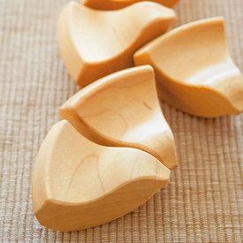 日本の伝統的な「挽き物」技術を生かして  手づくりされた箸置き。