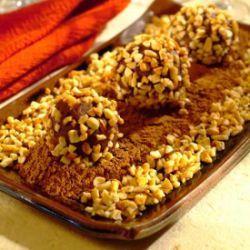 Docinho crocante Calorias: 53 kcal (unidade)   Ingredientes  1 e 1/2 xícara (chá) de leite em pó desnatado  1/2 xícara (chá) de água  1 colher (chá) de margarina light  2 colheres (sopa) de cacau em pó  1 colher (sopa) de amido de milho  16 envelopes ou colheres dosadoras de adoçante  150 g de castanha-de-caju picada