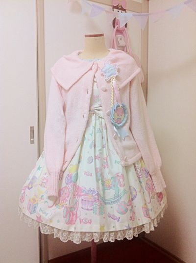 I wasn't a big fan of this print, but i love the shape of this pink cardigan and the rosettes with it. - Angelic Pretty